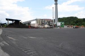 Pohled na nový kotle na biomasu (zelená budova), v pozadí stávající teplárna